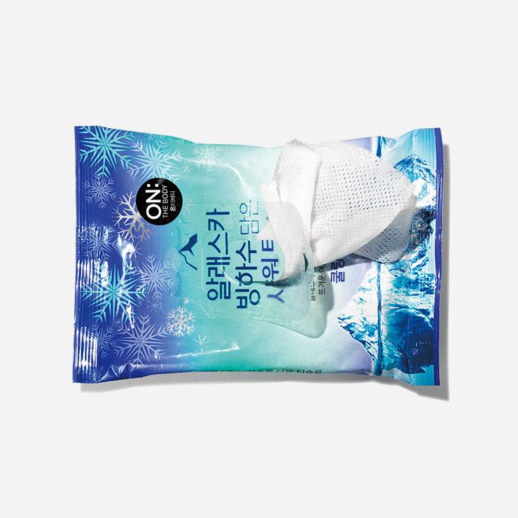 온더바디 알래스카 빙하수 담은 샤워 티슈 3천9백원 장시간 비행 시 몸 구석구석이 찝찝해질 때마다 활용하기 좋은 아이템. 끈적임이 느껴지는 부위에 가볍게 닦아내듯 쓸어주면 물로 씻지 않아도 청량함을 느낄 수 있다.