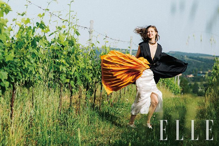 클리비지 드레스는 2650달러, 옐로 플리츠스커트는 690달러, 벨티드 에이프런 스커트는 1690달러, 볼드한 네크리스는 가격 미정, 모두 Marni. 화이트 부티는 463달러, Martiniano.