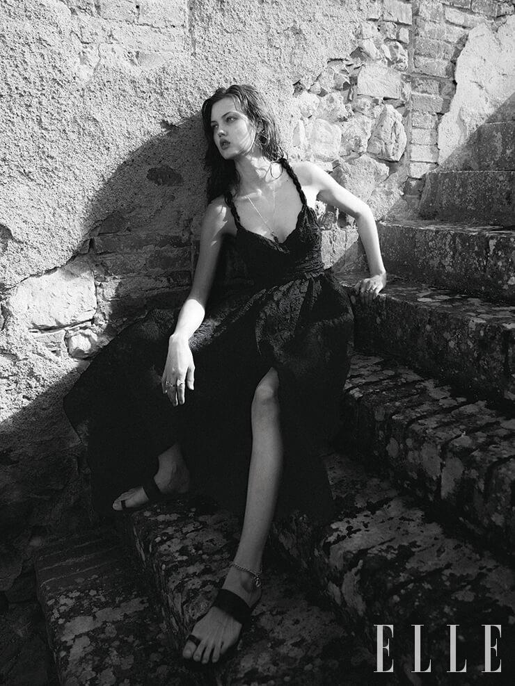 보디수트와 풀 스커트, 링은 가격 미정, 모두 Dior. 드롭 이어링은 1400달러, KatKim. 롱 네크리스는 5950달러, Gurhan. 벨트는 595달러, St. John. 체인 발찌는 85달러, Ancient Greek. 샌들은 275달러, Amanu.