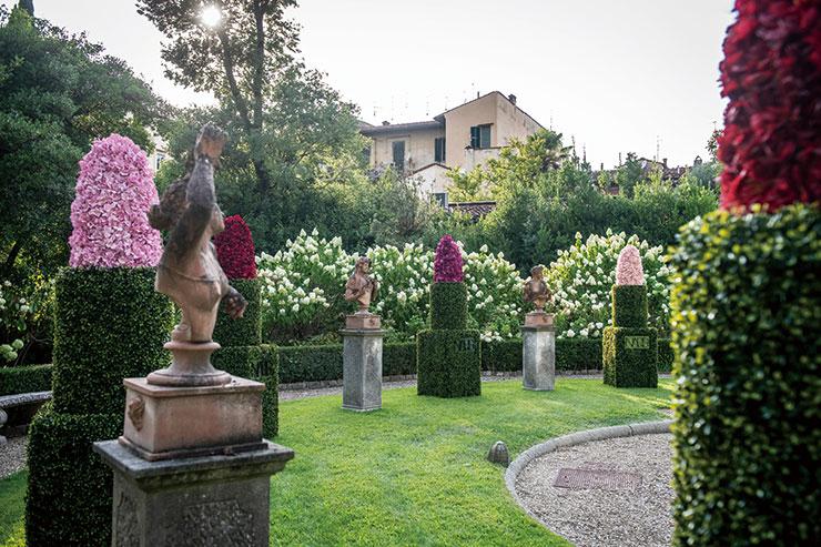 웰컴 칵테일 파티장의 셀피 포인트! 꽃과 나뭇잎으로 장식된 거대한 사이즈의 립스틱들.