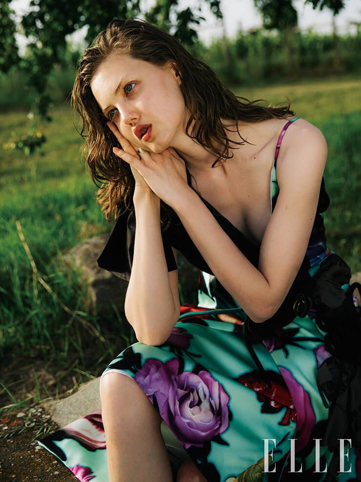 장미 프린트의 슬립 드레스는 6660달러, Prada. 메달 링은 2850달러, Foundrae.