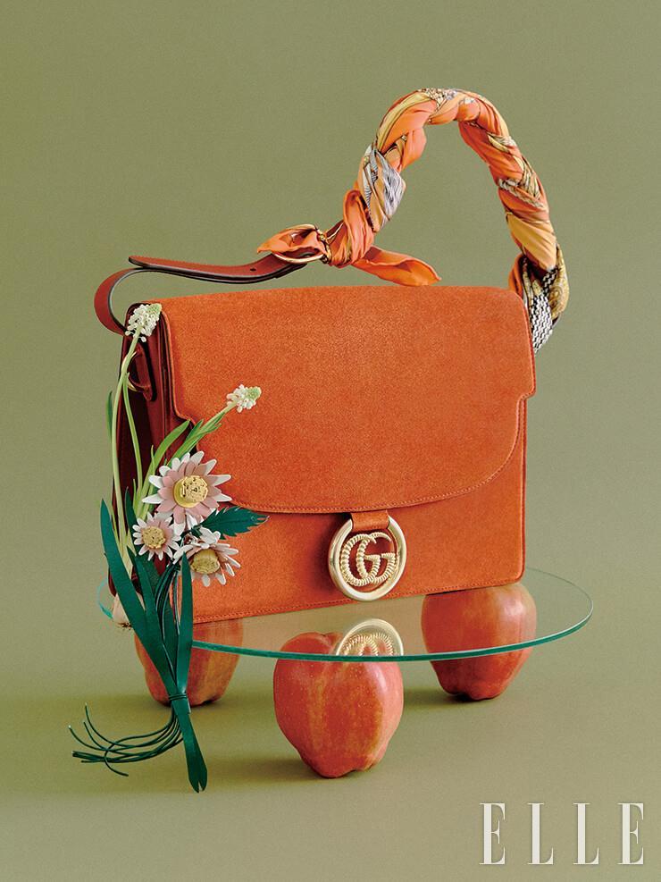 핸들을 스카프로 장식한 스웨이드 숄더백은 4백19만원, Gucci. 수수한 들꽃을 닮은 레더 백 참은 가격 미정, Prada.
