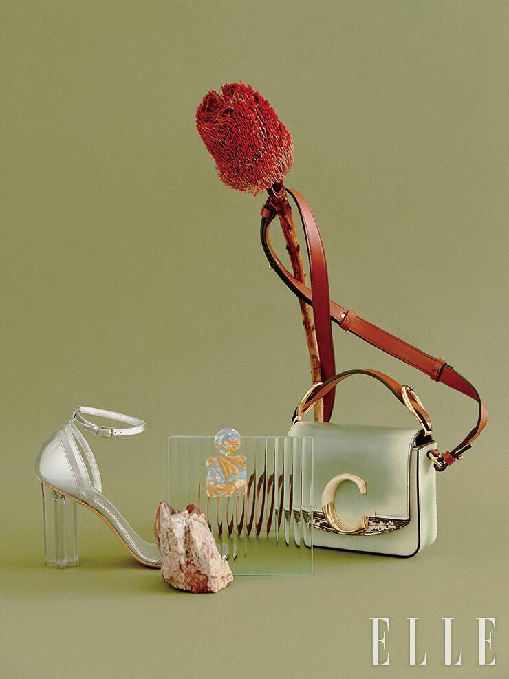 아크릴 굽이 유니크한 실버 페이턴트 샌들은 1백40만원, Louis Vuitton. 마블링 패턴의 이어링은 10만원대, Valet by Net-A-Porter. 그러데이션이 인상적인 레더 스트랩 미니 백은 가격 미정, Chloé.