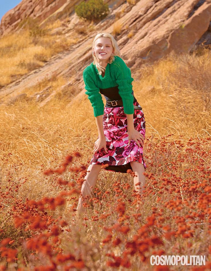 만개한 장미 프린트 스커트와 그린색 스웨터의 대비에서 생명력이 느껴진다.