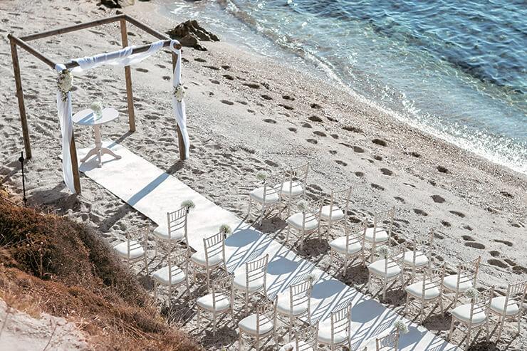 피로연이 열리는 리조트의 프라이빗한 해변에 마련된 버진 로드와 하객을 위한 의자들.