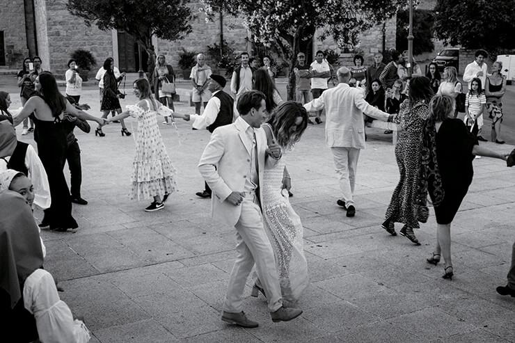 마을 광장에서 결혼식에 참석한 하객과 함께 사르디니안 댄스를 추며 흥겨운 파티의 시작을 알렸다.