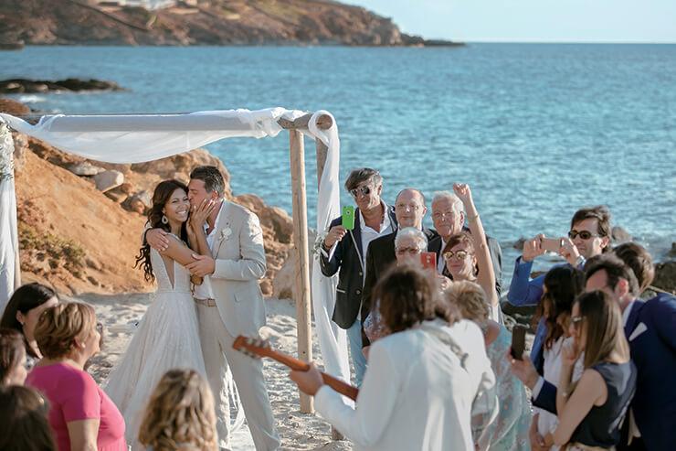 기알로스 해변에서 하객의 축하를 받으며 기뻐하는 알레산드로와 발렌시아.