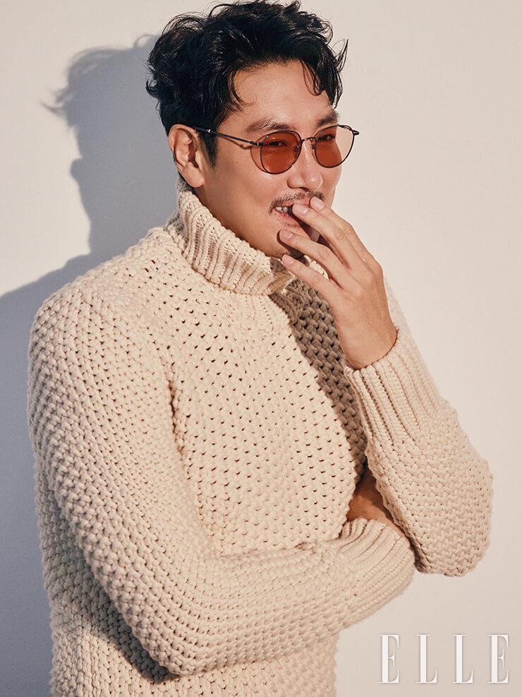슬림한 템플에 트리컬러 포인트가 들어간 틴티드 선글라스는 S. T. Dupont. 청키한 롤 네크라인 스웨터는 Boss Men.