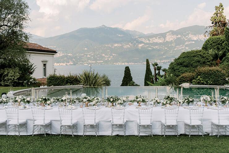 이탈리아 코모 호수의 전경이 한눈에 들어오는 빈티지 저택의 정원에서 리셉션 디너를 가졌다. 화이트를 메인으로 그린과 골드로 포인트를 준 엘레강스한 테이블웨어가 돋보인다.