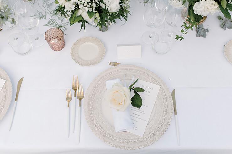 각각의 플레이트 위에 메뉴와 함께 장미꽃을 놓아 결혼식의 로맨티시즘을 강조했다.