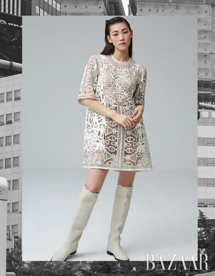 미니 드레스, 부츠는 모두 Dior.