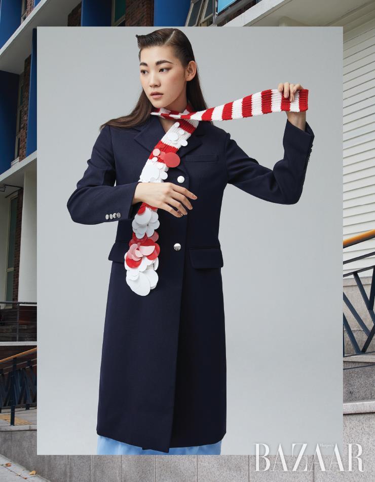 코트, 스커트, 머플러는 모두 Prada.