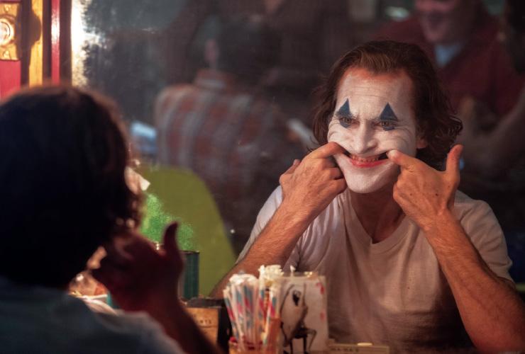 호아킨 피닉스는 토드 필립스 감독의 영화 <조커>에서 조커 역할을 맡았다. ⓒ Niko Tavernise / ⓒ 2019 Warner Bros. Entertainment Inc.