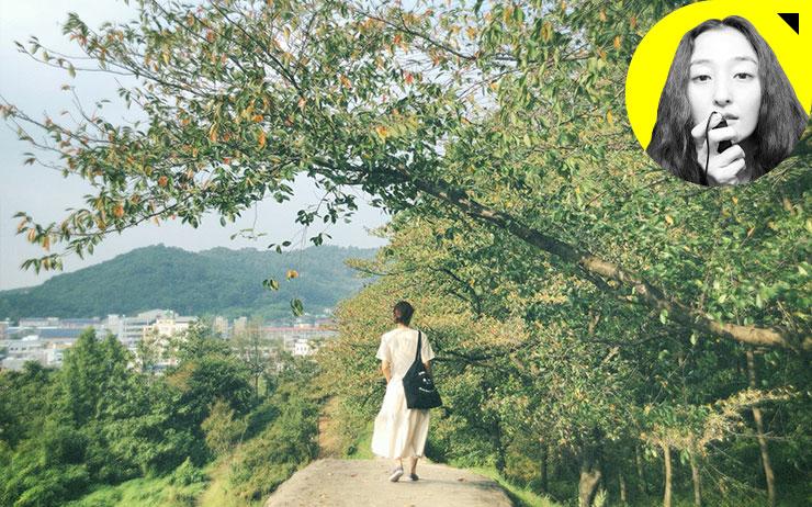 지금 익숙하고 편한 곳에만 머물고 있지는 않나요? 김모아 작가의 '무엇이든 감성 리뷰' 세 번째.