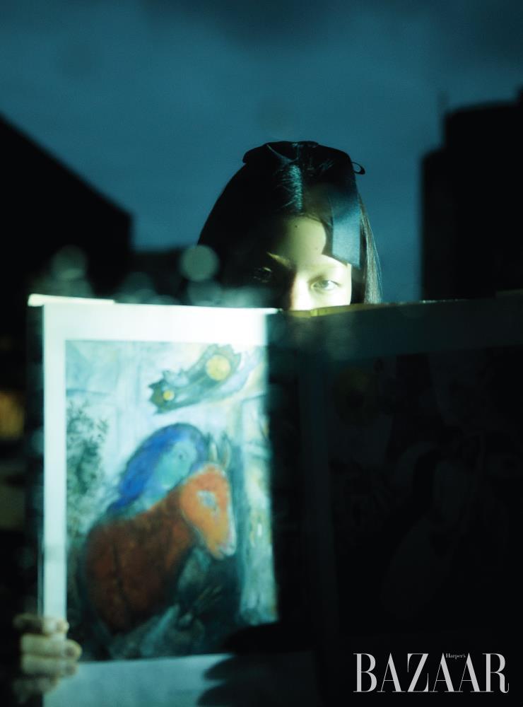 헤어 클립 장식은 Chanel. 모델이 들고 있는 책은 'Les Chagall de Chagall by Sylvie Forestier', Albin Michel, 1988.