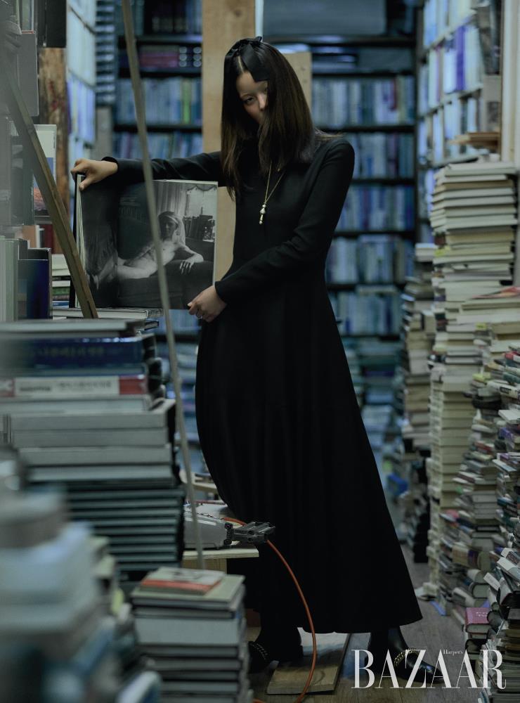 드레스는 Valentino-Undercover. 헤어 클립은 Chanel. 펜던트 목걸이는 47만원 Alighieri by Mue. 진주 장식 드롭 목걸이는 Doigté. 앵클부츠는 1백63만원 Givenchy. 모델이 들고 있는 책은 'Under World: Kelly Klein introduction by Anne Rice', Condé Nast, 1995.