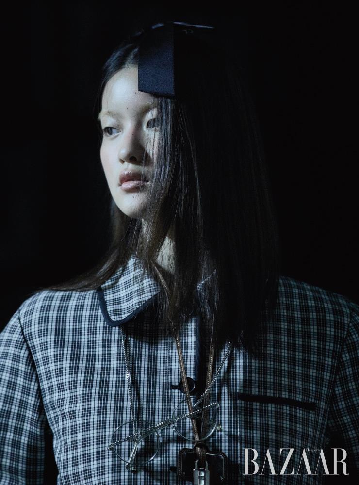 재킷은 5백90만원 Dior. 헤어 클립, 안경은 모두 Chanel. 레더 스트랩 목걸이는 Hermes.