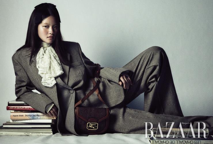 재킷, 팬츠는 모두 Ports 1961. 레이스 칼라 셔츠는 2백10만원 Gucci. 헤어 장식은 Chanel. 숄더백은 1백58만원 Etro.