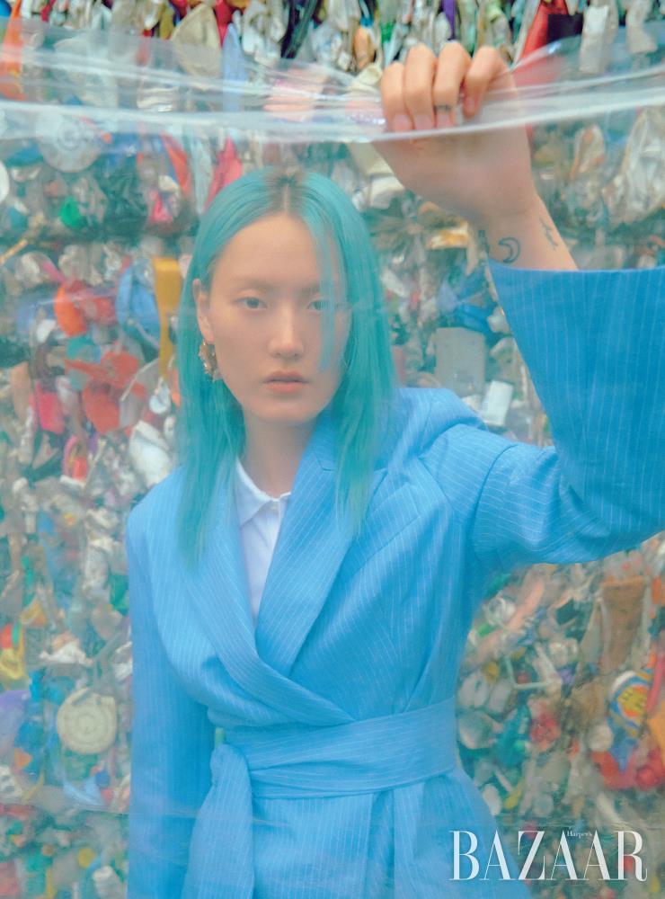 지속가능한 소재와 윤리적인 노동 방식으로 제작된 스트라이프 패턴의 재킷은 78만원대 Maggie Marilyn by Net-A-Porter. 피케 셔츠는 16만9천원 Polo Ralph Lauren. 귀고리는 가격 미정 Louis Vuitton.