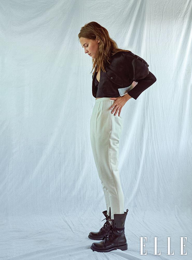 실버 메탈 포인트의 크롭트 톱 재킷과 하이웨이스트 팬츠, 레이스업 워커 부츠는 모두 Louis Vuitton 2020 Cruise Collection. 크롭트 톱은 에디터 소장품.