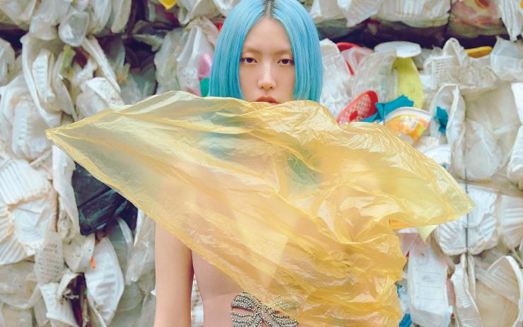 지구를 집어삼킨 거대 플라스틱 섬. 그 속에서 미래를 향한 패션계의 의미 있는 움직임을 포착하다.
