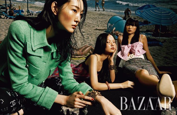 (왼쪽부터) 서현이 입은 트위드 재킷, 레깅스, 뱅글, 스트랩 슈즈, 주향이 입은 드레스, 뱅글, 수민이 입은 리본 톱, 버뮤다 팬츠, 와이드 벨트, 펌프스는 모두 Chanel.