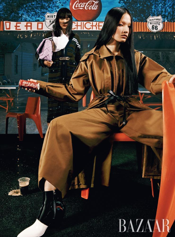 (왼쪽부터) 수민이 입은 카디건, 톱, 로고 벨트, 'CHANEL 19' 백, 주향이 입은 트렌치코트, 재킷, 팬츠, 리본 벨트, 컬러 블록 부츠는 모두 Chanel.