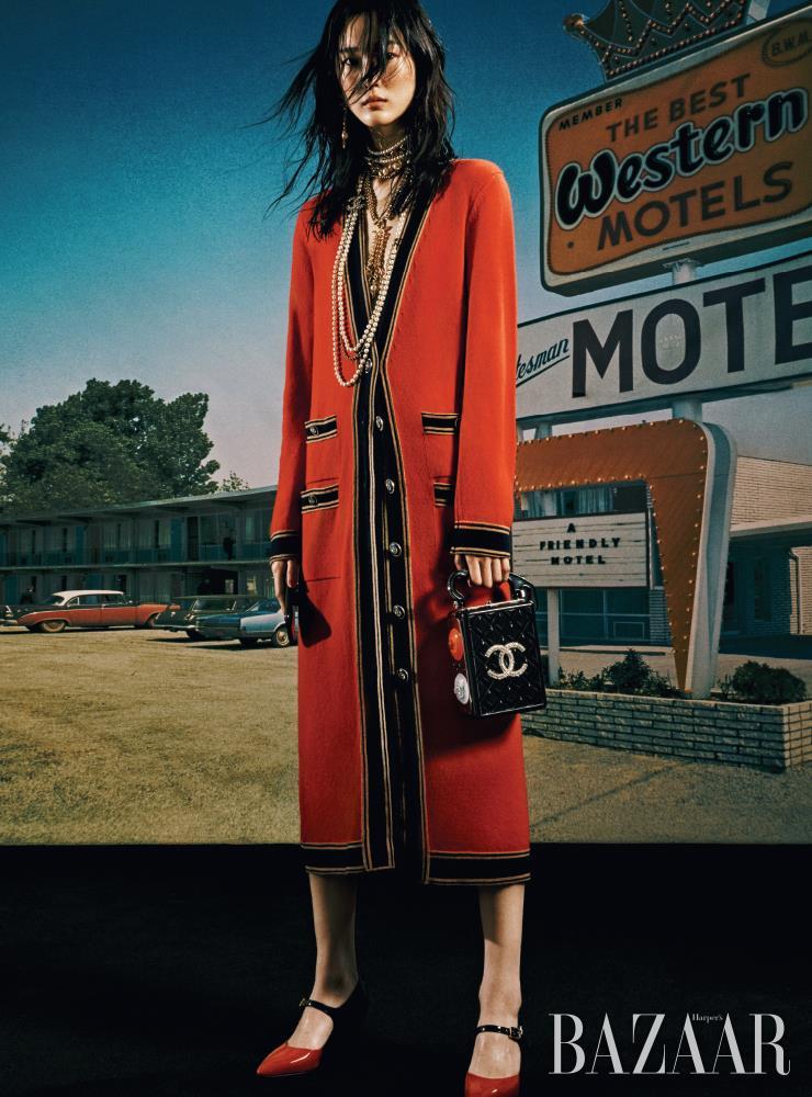 카디건, 귀고리, 레이어드한 목걸이, 이브닝 백, 스트랩 슈즈는 모두 Chanel.