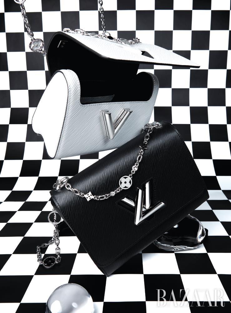 모노그램과 플라워 디테일의 체인 스트랩이 장식된 '트위스트 백'은 모두 Louis Vuitton.