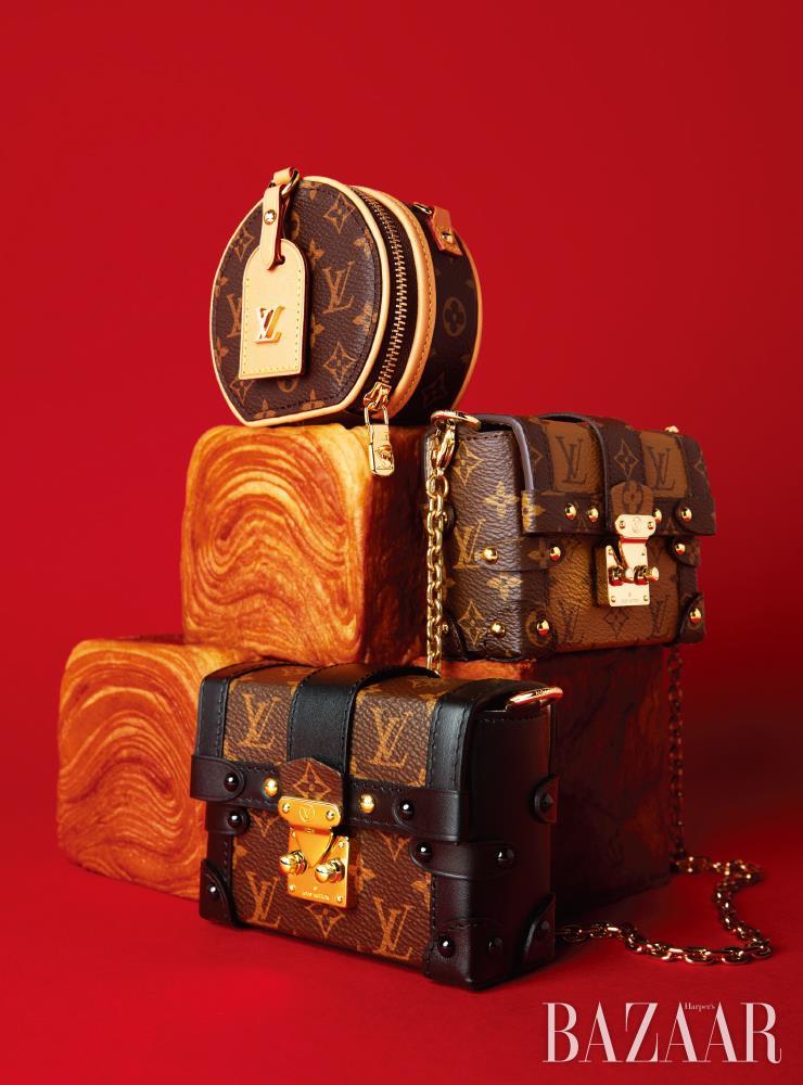 (위부터)주얼리이자 미니 파우치로 활용가능한 '쁘띠뜨 부아뜨 샤포 목걸이 백'은 Louis Vuitton. 마이크로 미니 체인 백 '에센셜 트렁크 리버스 모노그램'은 Louis Vuitton. 러기지를 미니 사이즈로 축소한 '에센셜 트렁크 모노그램'은 Louis Vuitton.