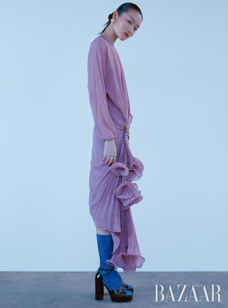 러플 장식 드레스는 8백90만원, 귀고리는 97만원, 튤 장갑은 1백5만원, 드레스에 부착한 플라워 모티프 브로치는 2백6만원, 레이스 삭스는 가격 미정, 플랫폼 샌들은 1백33만원 모두 Gucci.