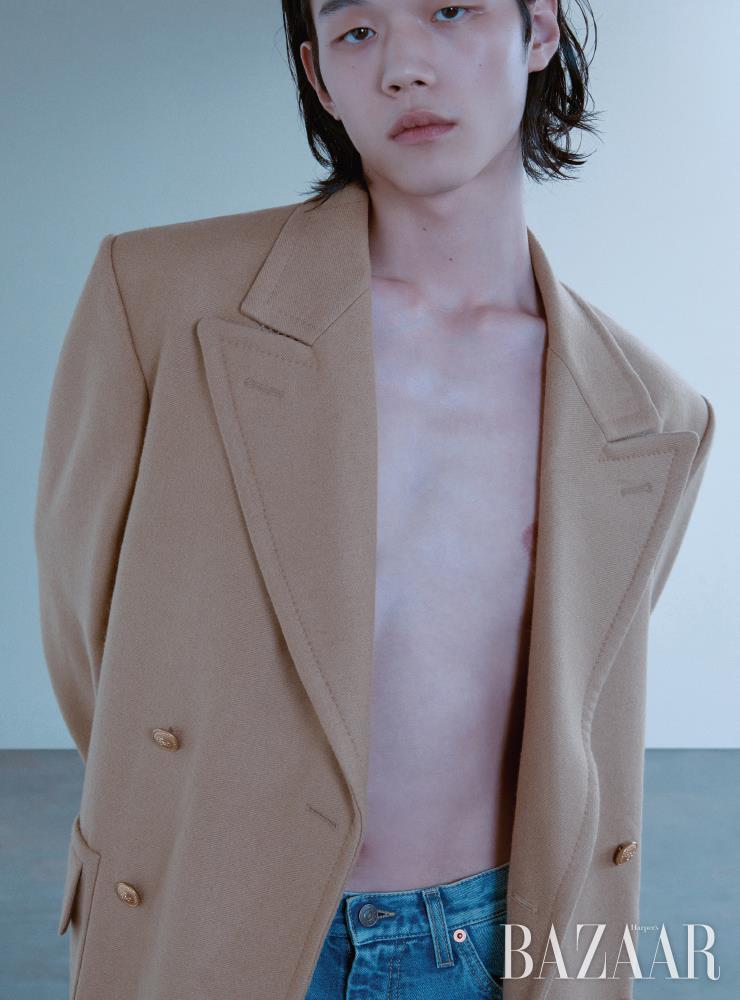 코트는 4백40만원, 데님 팬츠는 1백25만원 모두 Gucci.