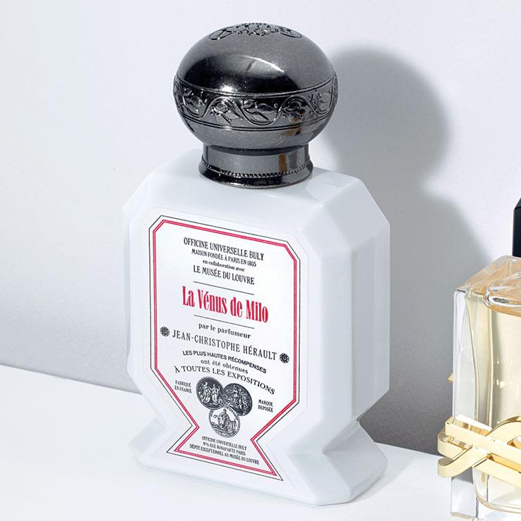 머릿속에 <밀로의 비너스>를 떠올려보자. 아름다운 보디라인은 풍성한 플로럴 향을, 무표정한 얼굴과 차가운 대리석은 우드와 앰버 향을 연상시킨다. 감귤, 재스민, 앰버가 조화를 이룬 향기가 매혹적인 비너스의 재탄생을 알리는 오 트리쁠-밀로의 비너스, 75ml 23만원, Buly 1803.