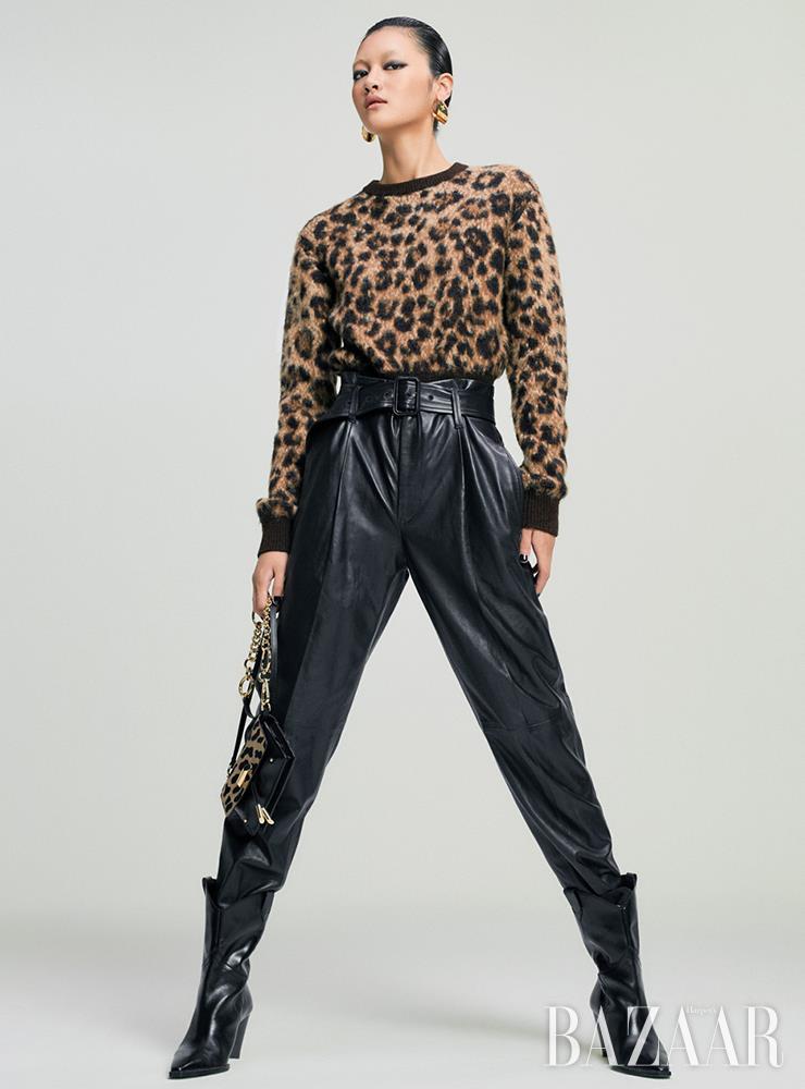 스웨터는 50만원대, 가죽 팬츠는 1백40만원대 모두 Polo Ralph Lauren. 귀고리는 가격 미정 Louis Vuitton. 부츠는 12만9천원 Zara. 체인 백은 가격 미정 Tod's.