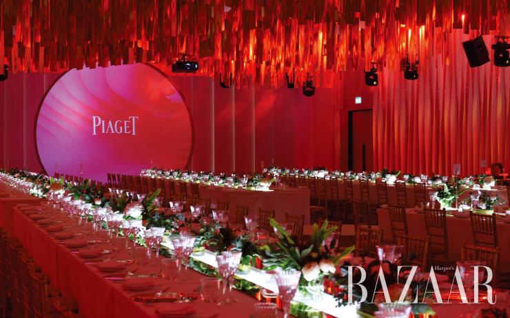 붉은 석양과 금빛 오아시스를 담은 화려한 디너 파티장.