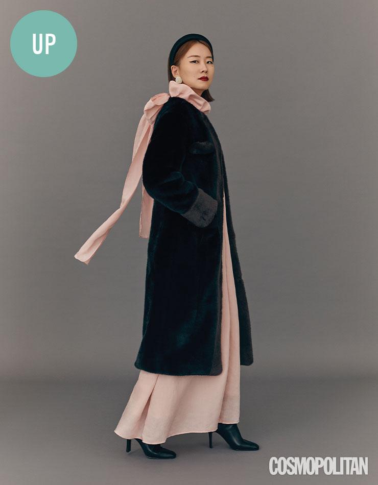 에코 퍼 코트, 드레스, 헤어밴드, 귀고리, 부츠 모두 잉크.