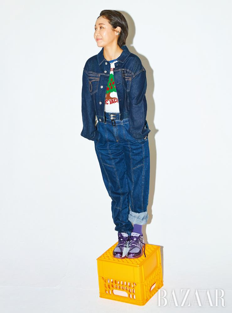 재킷은 Calvin Klein Jeans. 티셔츠는 Marc Jacobs. 팬츠는 Jain Song. 슈즈는 Asics. 귀고리는 Anna Flair.