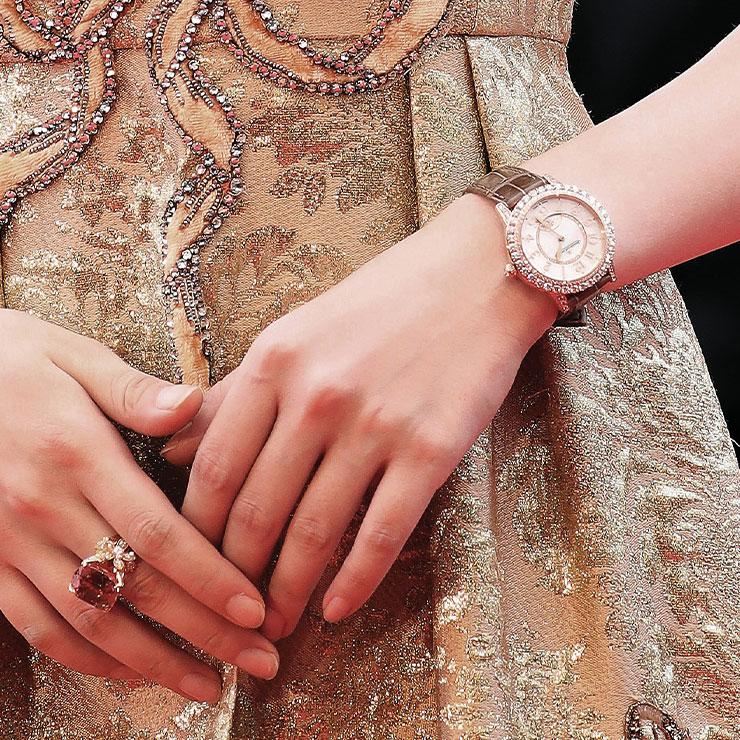 다이아몬드가 장식된 브라운 워치는 파티를 위한 액세서리로도 손색없다.