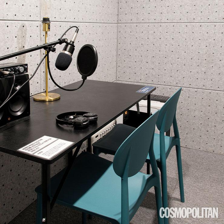 철저히 방음 설비가 된 녹음실.