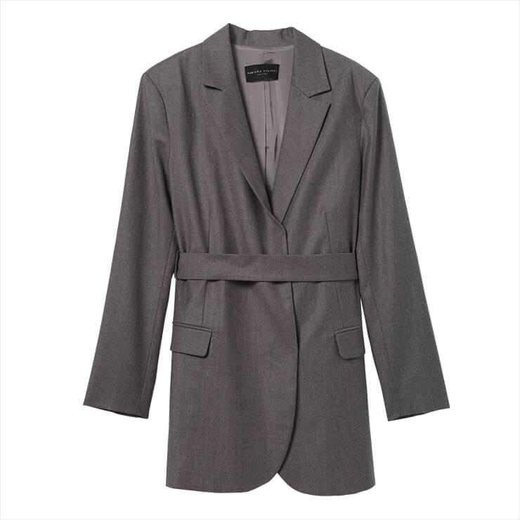 넉넉한 실루엣의 벨티드 재킷은 2백58만원, Fabiana Filippi.
