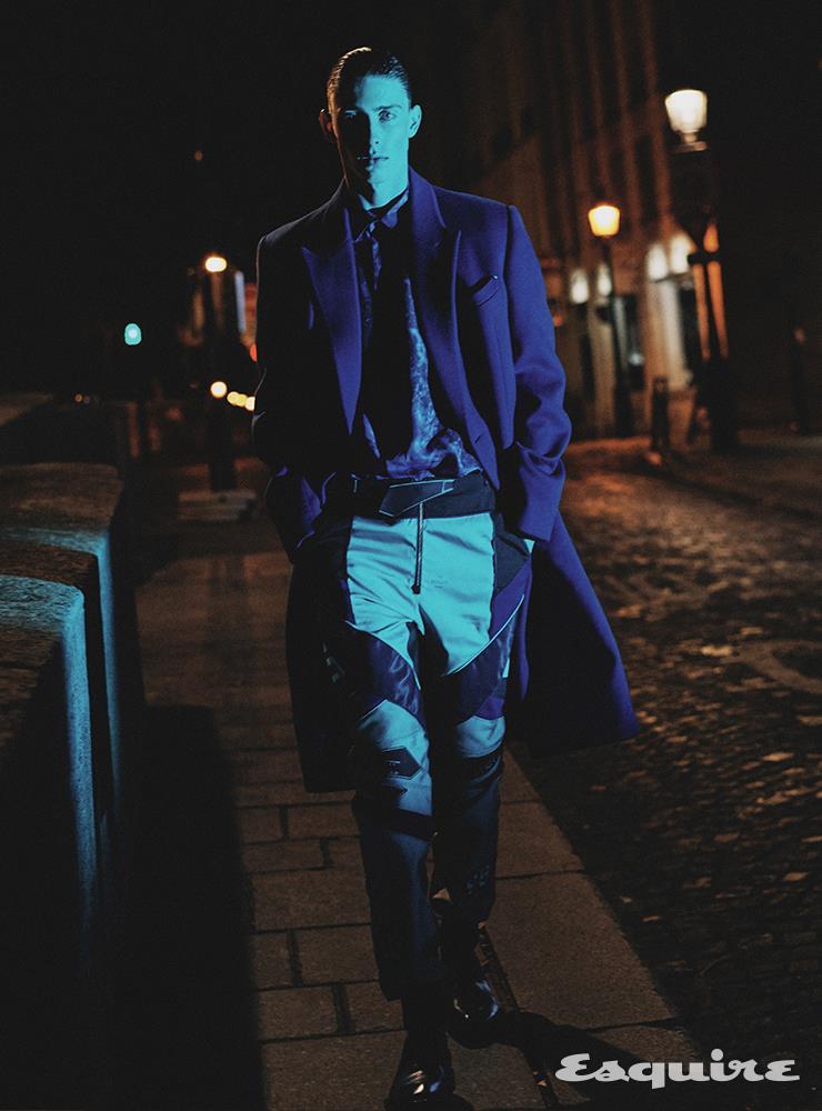 캐시미어 더블브레스트 코트, 마블 프린트 실크 셔츠, 모토크로스 나일론 팬츠, 알레산드로 에지 카프스킨 옥스퍼드 슈즈 모두 가격 미정 벨루티.
