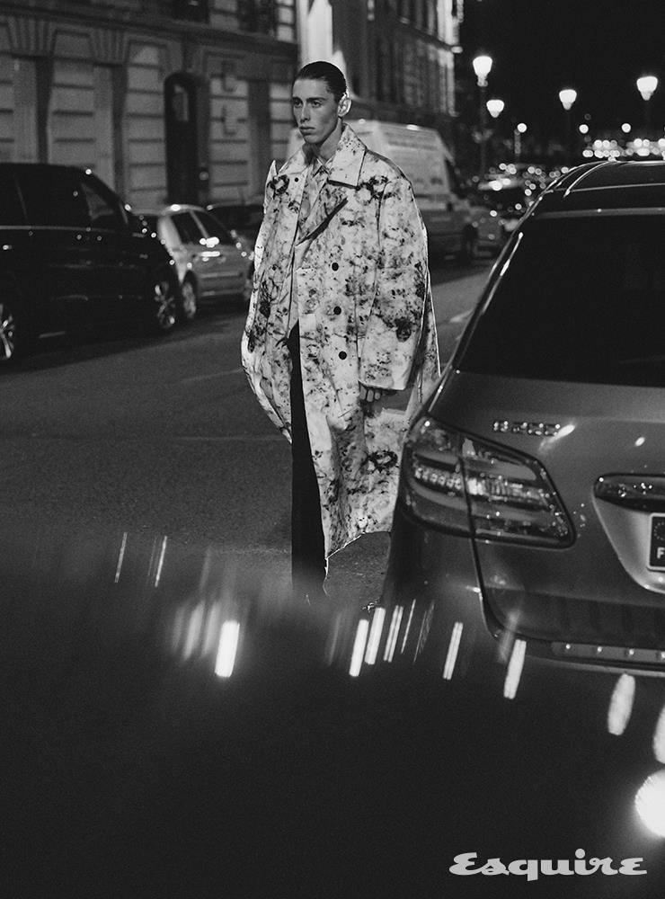 마블 프린트 코트, 마블 프린트 실크 셔츠, 슬림 핏 울 라이닝 팬츠, 메탈 디테일의 알레산드로 에지 카프스킨 옥스퍼드 슈즈 모두 가격 미정 벨루티.