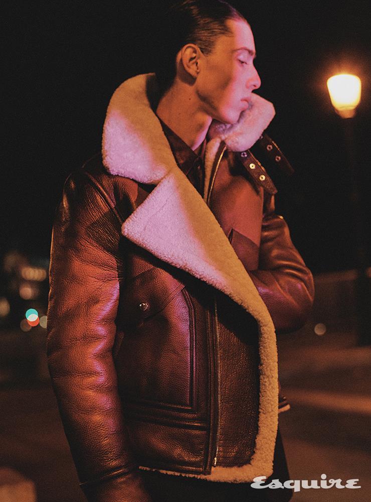 시어링 가죽 블루종, 더블브레스트 울 재킷, 마블 프린트 실크 셔츠 모두 가격 미정 벨루티.