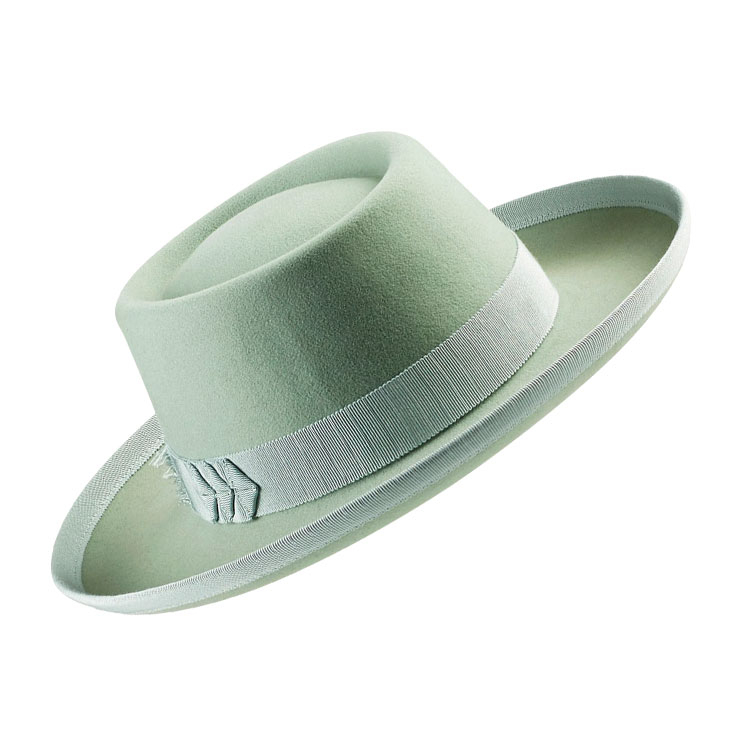 Helen Kaminski ▶ 고급 모자에 전통적으로 사용돼온 퍼 소재 대신, 재사용이 가능한 메리노 울 펠트를 이용해 새로운 컬렉션을 론칭한 헬렌 카민스키.