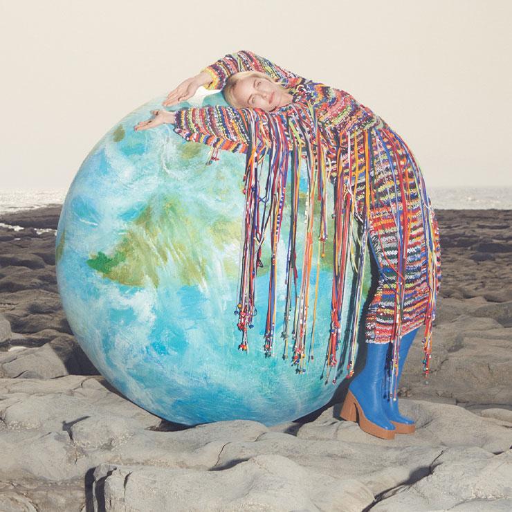 Stella McCartney ▶ '윤리적이며 지속 가능한 패션'의 상징, 스텔라 맥카트니의 2019 F/W 캠페인. 슈퍼모델 앰버 발레타와 환경 단체 'Extinction Rebellion'이 함께 기후변화에 대응하는 행동을 촉구하는 메시지를 전한다.