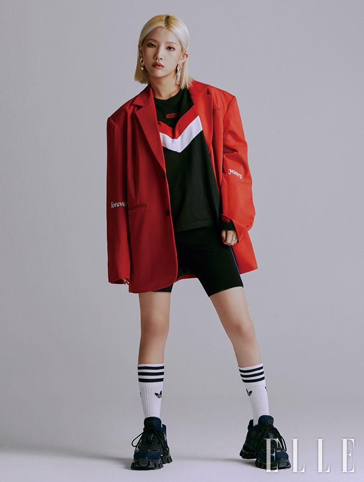 소연이 입은 재킷은 Charm's. 티셔츠는 Levi's. 바이커 쇼츠는 Opening CeremonyxYoox. 양말은 Adidas Originals. 스니커즈는 Prada.