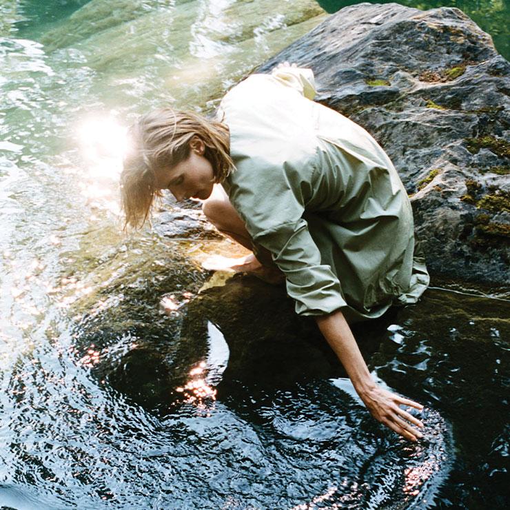 Zara ▶ 자라는 비영리단체 'Water.org'와 협업해 'Care for Water' 캡슐 컬렉션을 선보였다. 모든 제품은 친환경 농약과 비료만으로 재배된 100% 유기농 코튼으로 제작했다. 또한 폐수 무방류 공장에서 생산됐다고. 용수의 회수 및 재활용을 통해 물의 사용을 최소화했다.