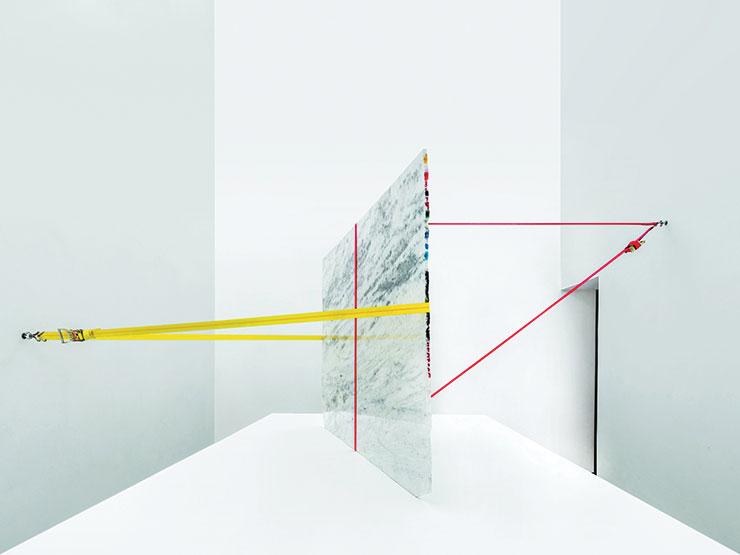 © Jose Dávila & VG Bild-Kunst | 호세 다빌라의 . 중간에 세운 벽과 이를 지탱하기 위해 양방향에서 잡아당기는 끈이 대립과 균형을 동시에 보여준다.