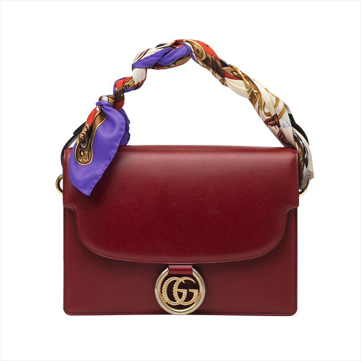 스카프로 핸들을 감싼 복고적인 디자인의 숄더백은 4백19만원, Gucci.