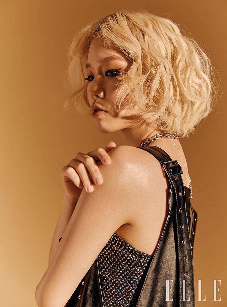 버클 장식의 오버올 팬츠는 Oct.3. 브라톱은 H&M.